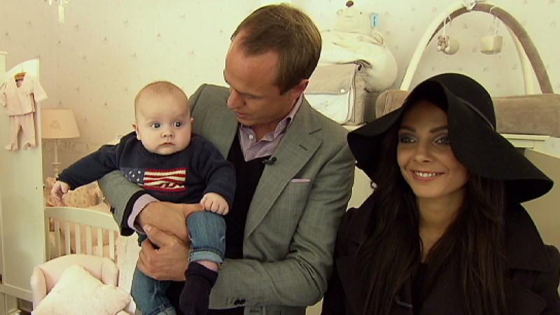 makler alexander posth mit anastasia und baby. Black Bedroom Furniture Sets. Home Design Ideas