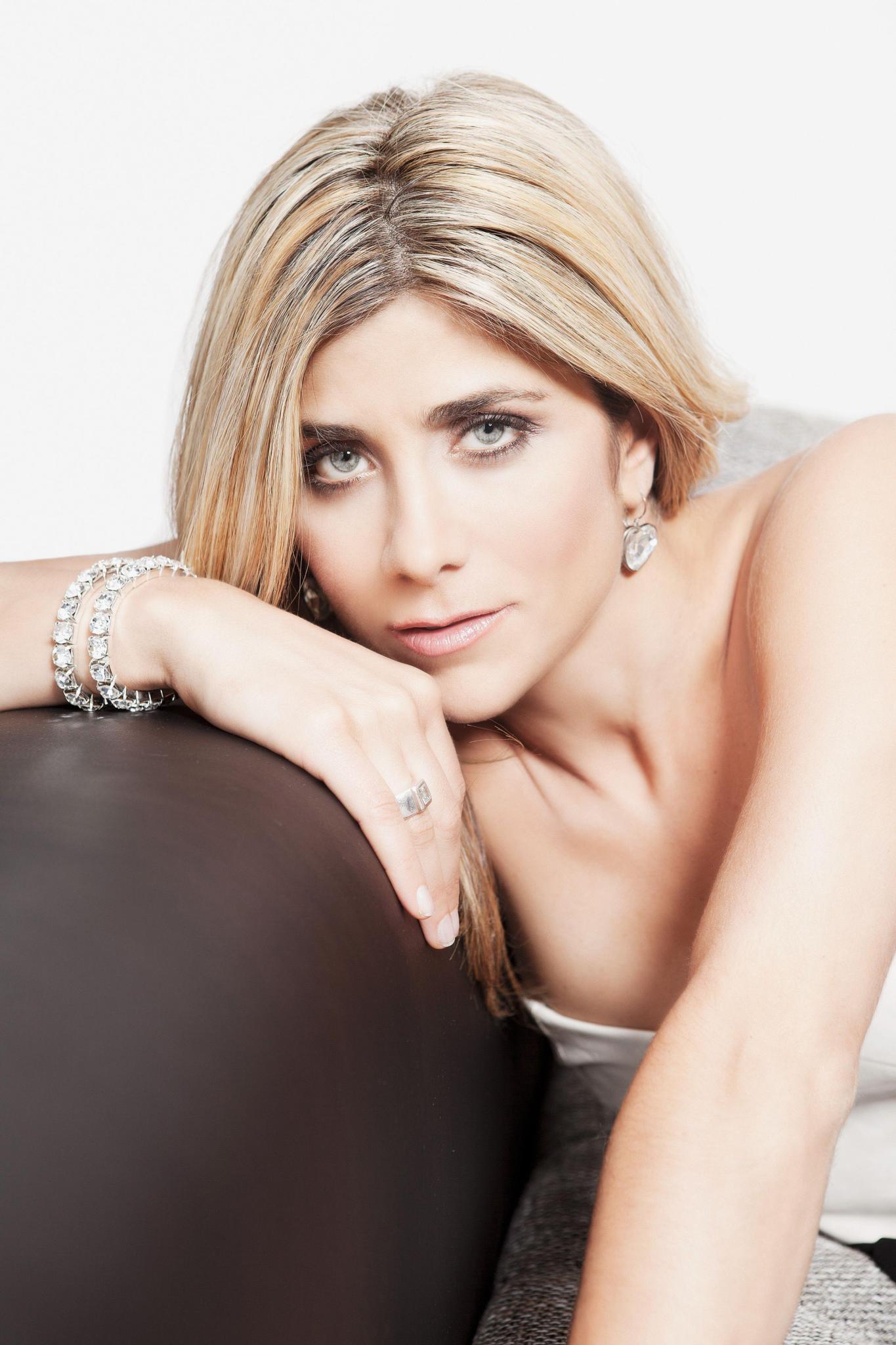 Sexy Bilder von Autoverkäuferin Panagiota Petridou