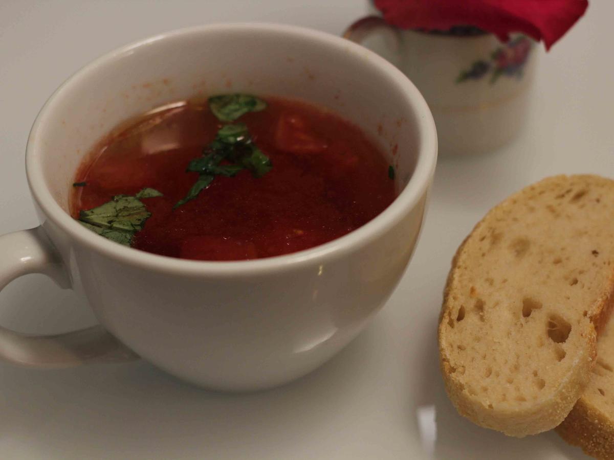 das perfekte dinner rezepte klare tomaten consomm mit parmesan nockerl und selbstgemachtem. Black Bedroom Furniture Sets. Home Design Ideas