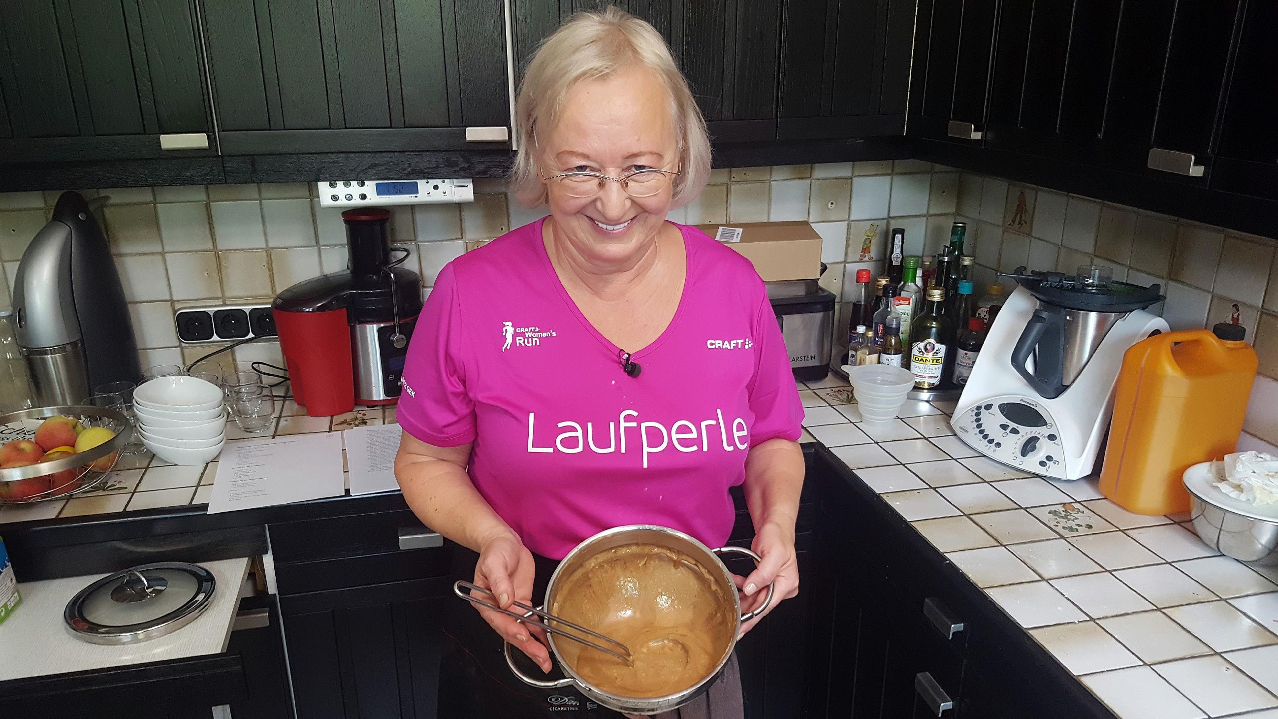 Die Deutsche Dinner Meisterschaft Ute Hält Ihre Currywurst Für