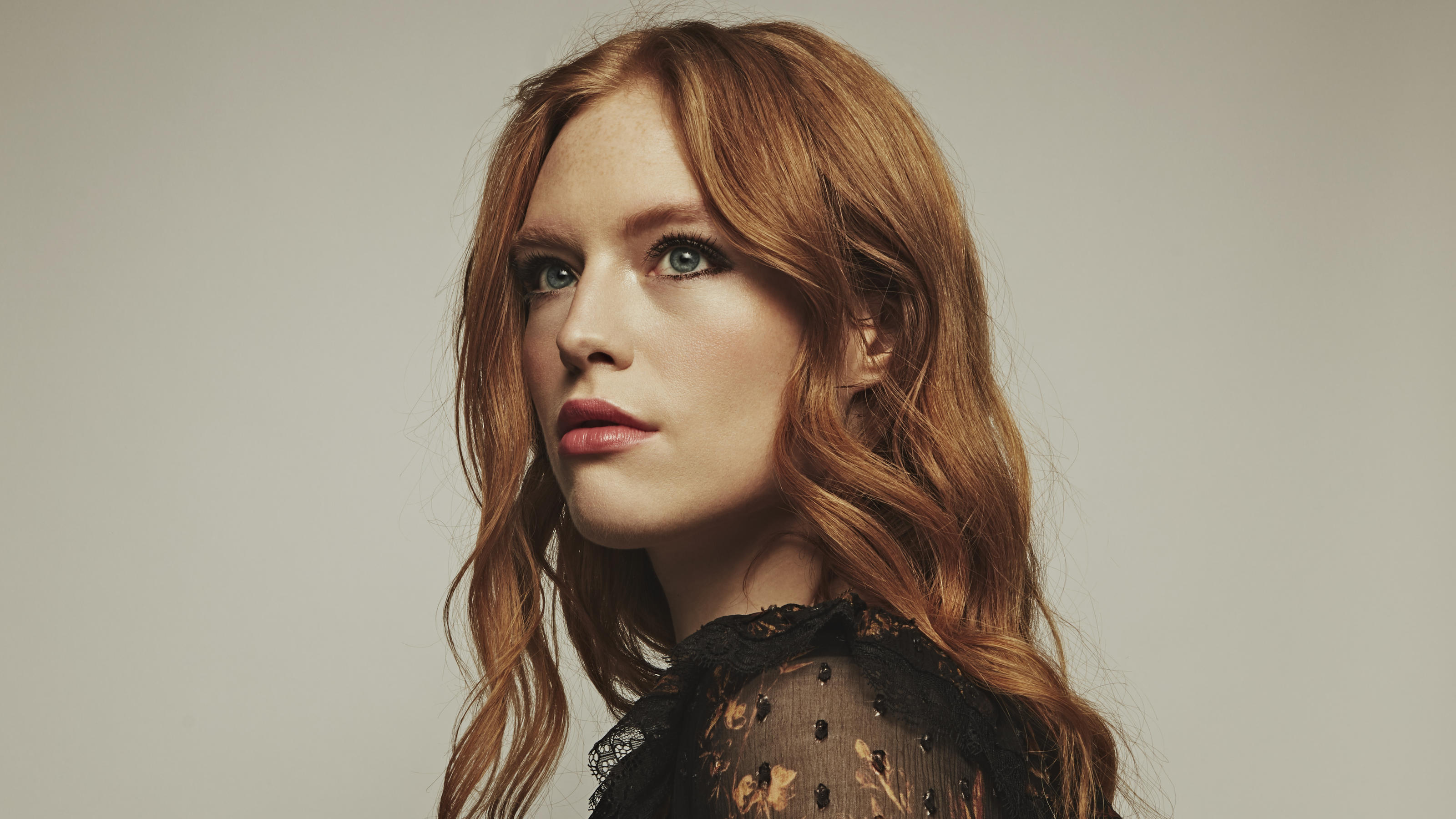 "Freya Ridings ist im Traile rmit ihrem Song ""Love Is Fire"" zu hören"