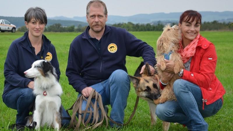 Diana Eichhorn Begleitet Eine Tiersuchhundegruppe Bei Der Arbeit