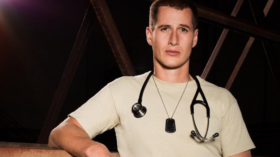 "Brendan Fehr spielt Dr. Drew Alister in ""Night Shift"""
