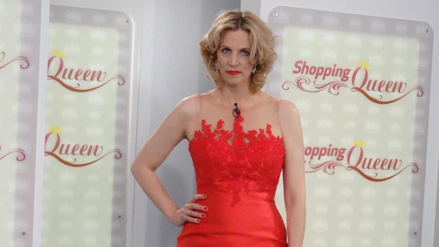 Auf Sich Präsentiert Im Catwalk Kleid Shopping QueenClaudia Roten Dem rQdCoBxeWE