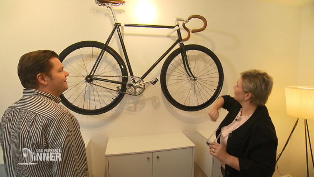 das perfekte dinner bei jan in l beck wirft ein k nstlerisches wertvolles fahrrad fragen auf. Black Bedroom Furniture Sets. Home Design Ideas