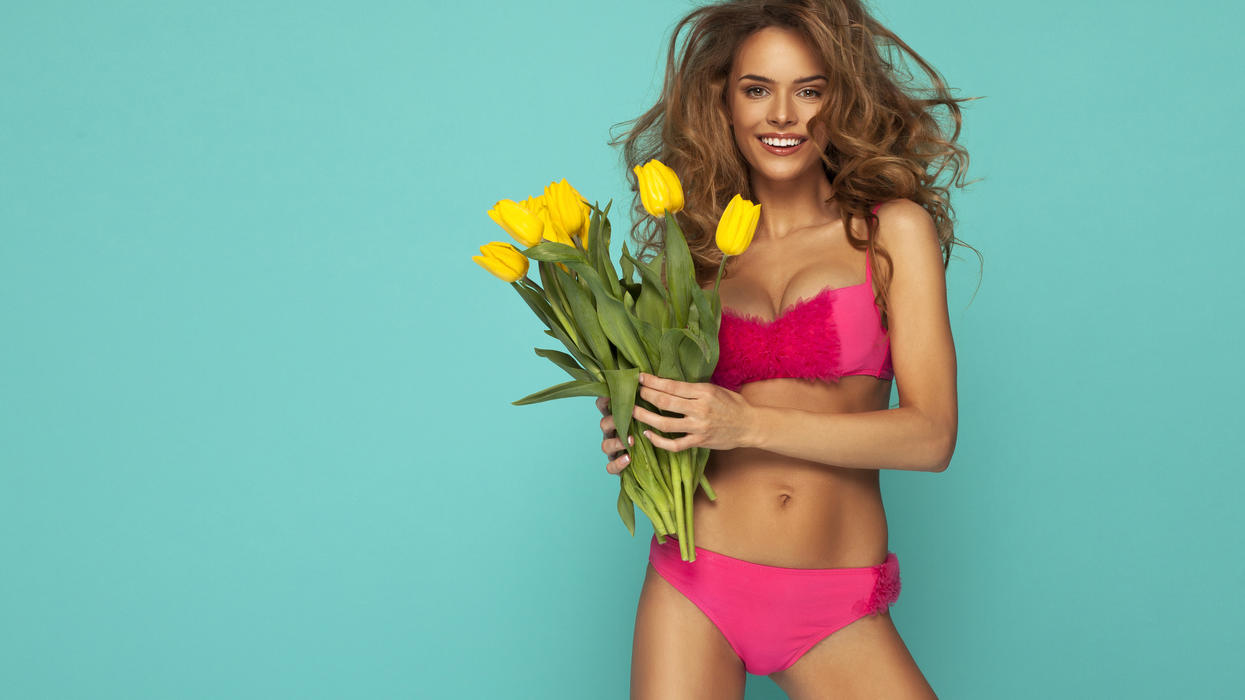 Model mit pinkem Push-up und passender Bikinihose